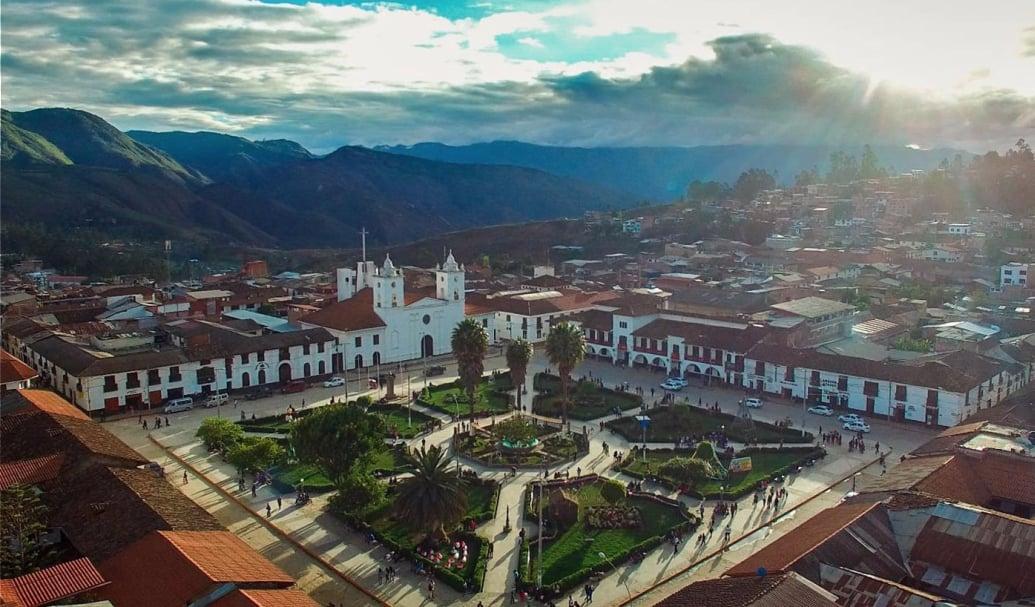 """Chachapoyas ist, ebenso wie Arequipa im Süden Perus, als """"die weiße Stadt"""" bekannt. Bildquelle: Wikipedia"""