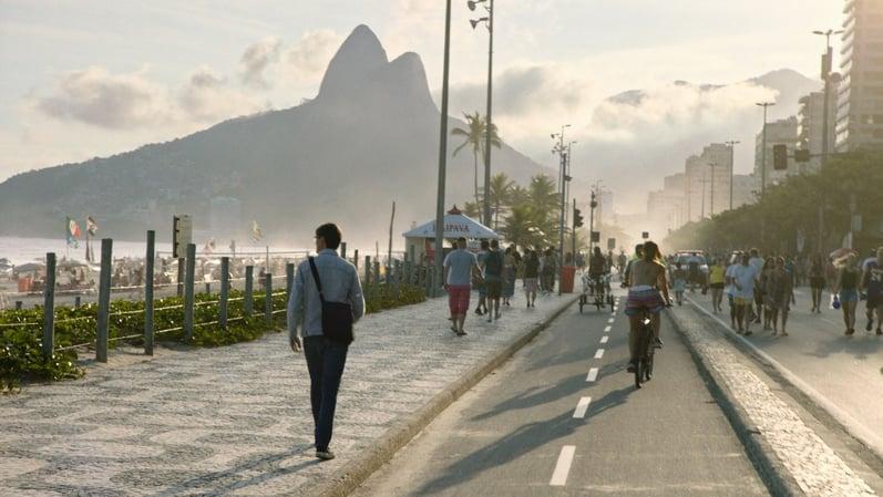 Ausschnitt aus dem Film: Fischer spaziert neben der wunderschönen Copacabana im idyllischen Morgengrauen. Quelle: Stéphane Kuthy.