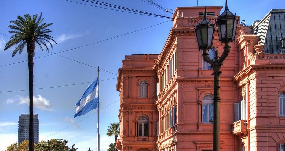Der Palast liegt wie weitere Regierungsgebäude, de Cabildo und die Kathedrale von Buenos Aires an der rechteckigen Plaza de Mayo. Quelle: Max Pixel, Free Great Pictures