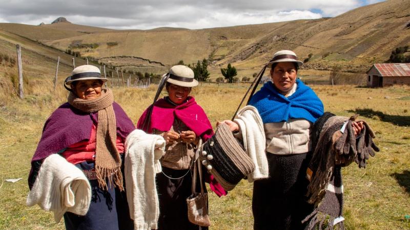 Frauen aus der Gemeinde mit ihren handgefertigten Alpakaprodukten. Manchmal arbeiten auch sie als Alpakahirtinnen.