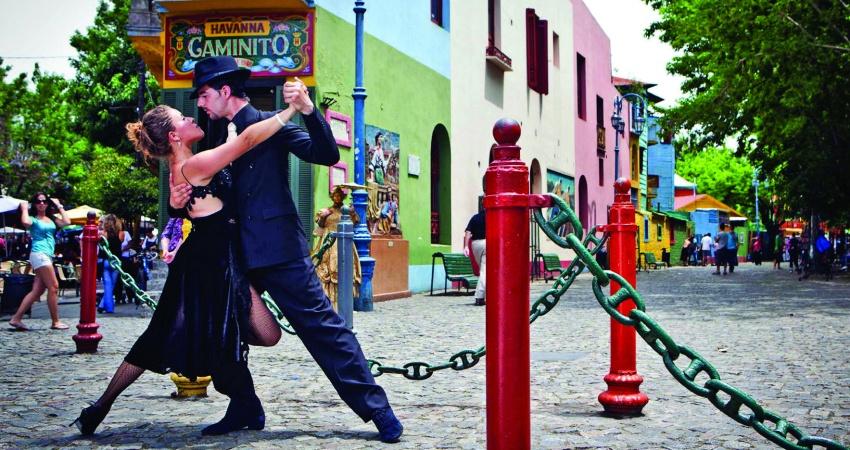 Ein Tango-Paar vor dem berühmten Caminito del Tango (Weg des Tango) in Buenos Aires