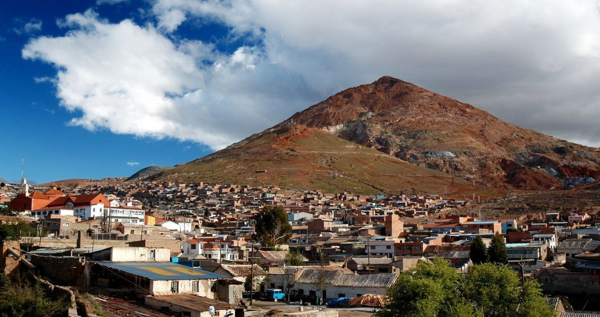 Minenstadt Potosí vor dem Berg Cerro Rico.