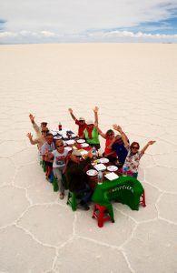 Spaßbilder in Uyuniwüste- Abendessen in der Wüste
