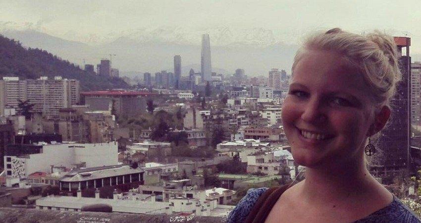 Felia während ihres Auslandssemester in Santiago de Chile. Hier steht sie auf einer Aussichtsplattform, hinter ihr sieht man die Skyline der Stadt.