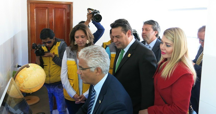 WWF in Bolivien: Bonns Bürgermeister wird durch das EcoLab geführt, gefolgt von Reportern und Museumsmitarbeitern.
