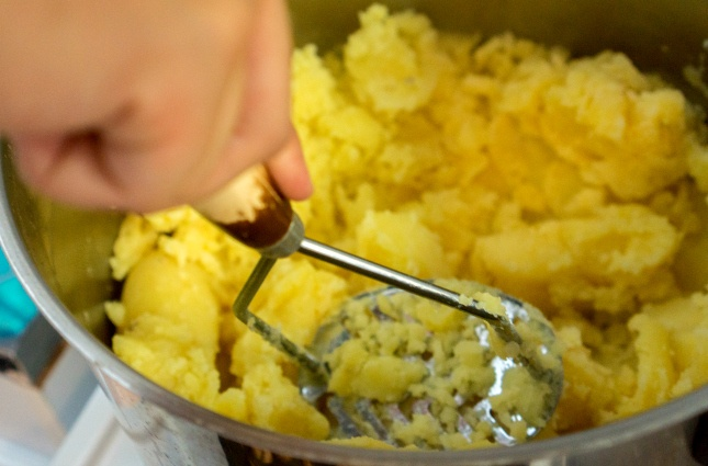 Um alles zu einer feinen Kartoffelmasse zu verstampfen, ist etwas Ausdauer gefragt.