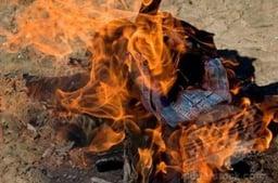 Kleidung verbrennen. Credit: imagebroker.net / SuperStock