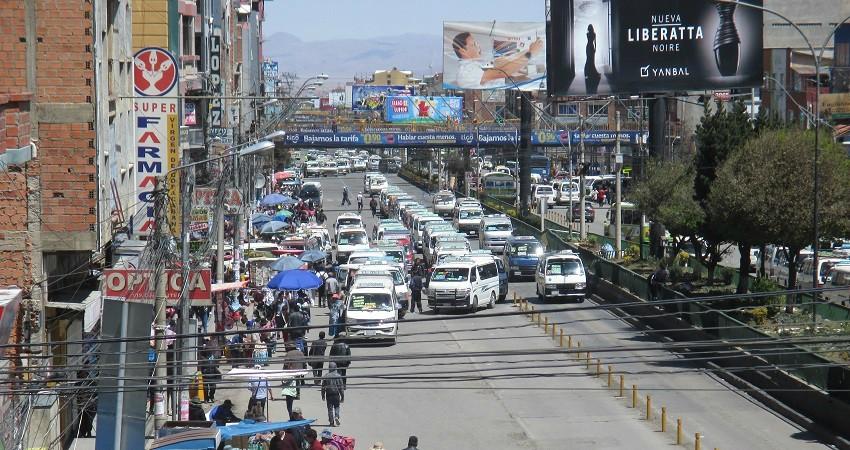 Die Straßen von El Alto sind oft verstopft. Minibusse quetschen sich durch die Gassen, an den Straßenständen vorbei.
