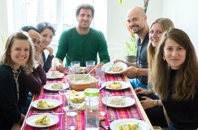Guten Appetit! Gemeinsam mit so einem bunten Team kommt ein richtiges Südamerika-Gefühl auf beim Essen.