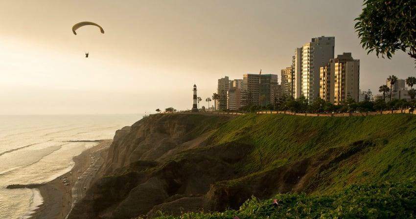 An der Costa Verde kann man das ganze Jahr über Paraglider im Himmel und Surfer im Wasser erblicken.