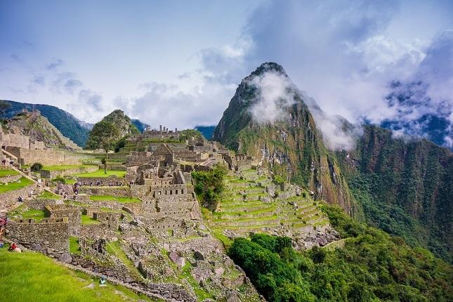 Top 10 Peru Highlights: Hier sieht man die spektakuläre Aussicht auf Machu Picchu und die saftig grünen Anden.