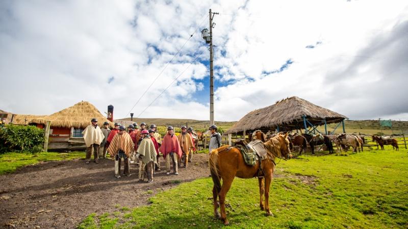 Auf Criollo-Pferden geht es mit typischer-Chagrakleidung durch das Vulkanland.