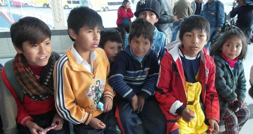 Kinderrechte in Bolivien: Wir treffen kleine Kinderarbeiter am Busbahnhof von Potosí. Sie sind sehr aufgeweckt und erzählen von ihrem Tagesablauf.