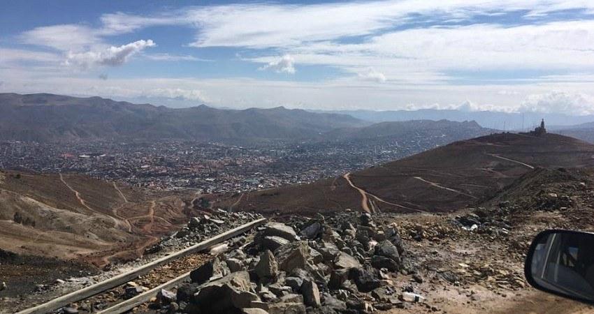 Aussicht vom Cerro Rico auf die Kolonialstadt Potosí, eingekesselt von den Anden.