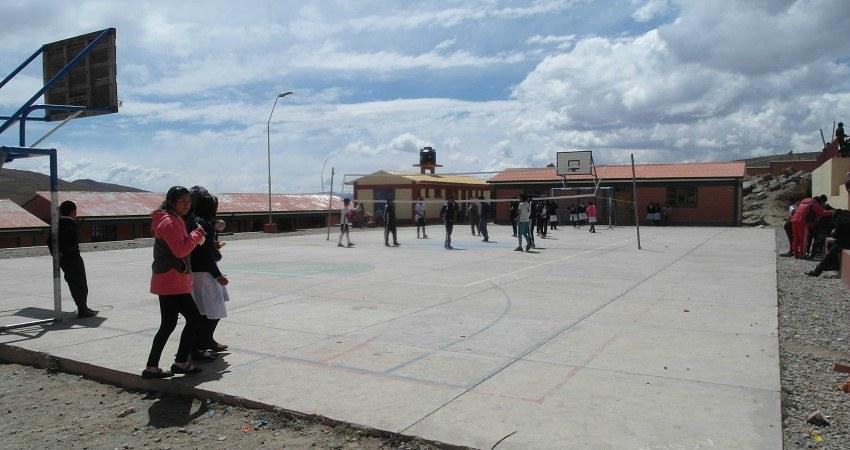 Kinderrechte in Bolivien: Aus fem Schulhof spielen die Kinder Volleyball.
