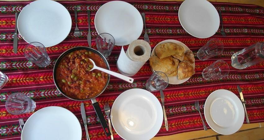 Empanadas Rezept aus Chile: Die Empanadas und stehen auf den gedeckten Tisch und sind bereit zum Verzehr!