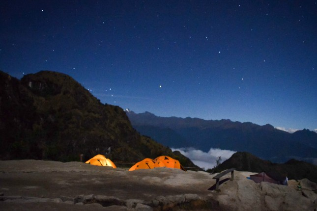 Sternenhimmel über dem Inkatrail: Nachts schlafen Reisende, Träger und Köche in Zelten und sammeln Energie für den nächsten Tag. Manchmal kommt es auch zu abendlichen Kontrollgängen des Ministeriums.