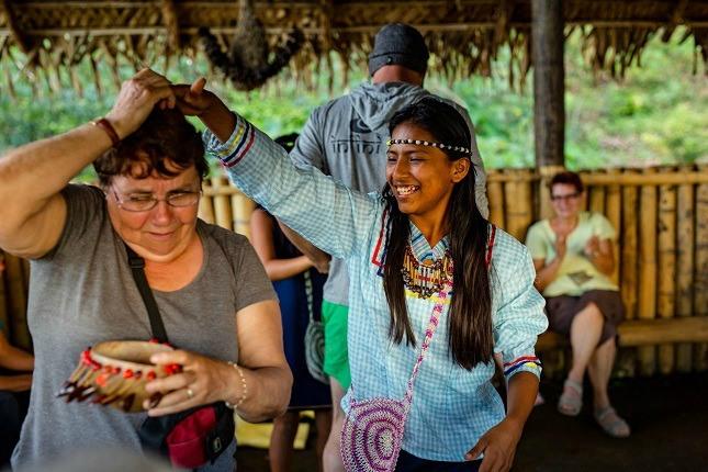 Auch bei einer Reise mit viventura wird getanzt. Hier sind wir im Amazonas unterwegs..