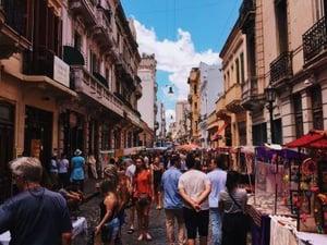 Das aufgeweckte Buenos Aires findet man auch in unseren Top 10 Südamerika Romane! Quelle: Pexels.