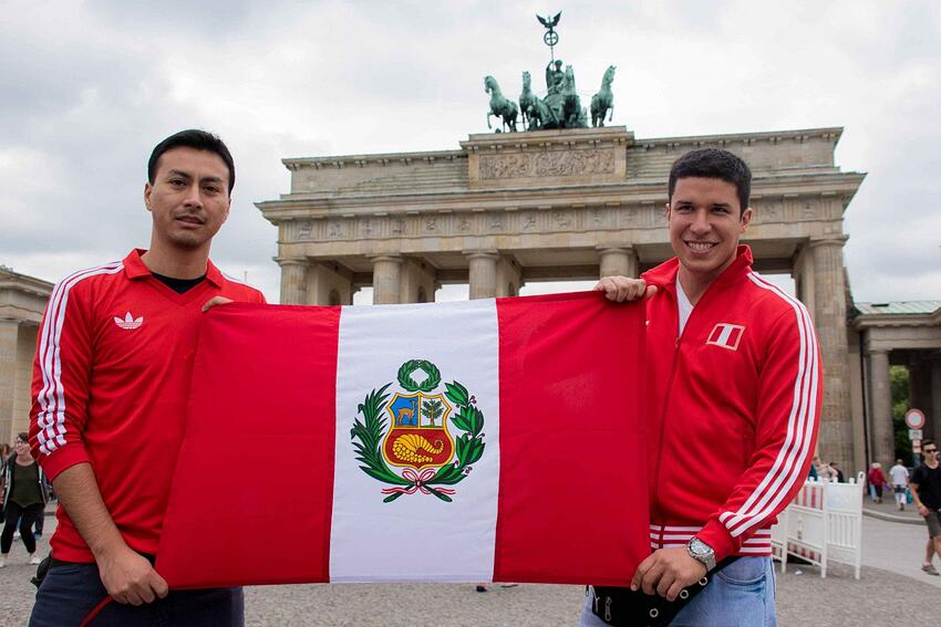 Juan und Carlos (rechts) auf ihrem Weg zur WM in Russland. Berlin ist ihr zweiter Zwischenstopp.