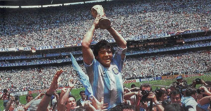 Diego Maradona mit dem WM-Pokal 1986 in Mexiko. Es ist der zweite Titel für Argentinien. Bildquelle: Wikimedia Commons