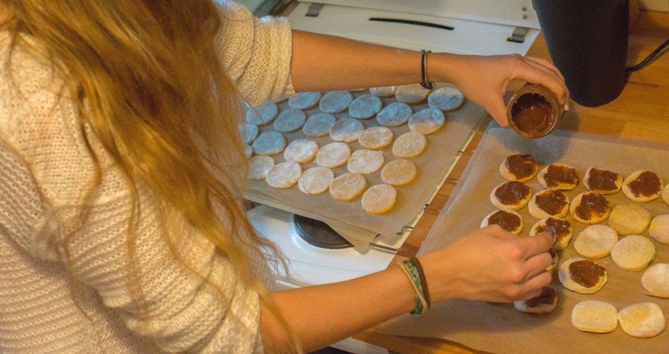 Jetzt wird's süß! Die Hälfte der Alfajores wird mit Dulce de Leche (bzw. karamellisierter Kondensmilch) bestrichen.