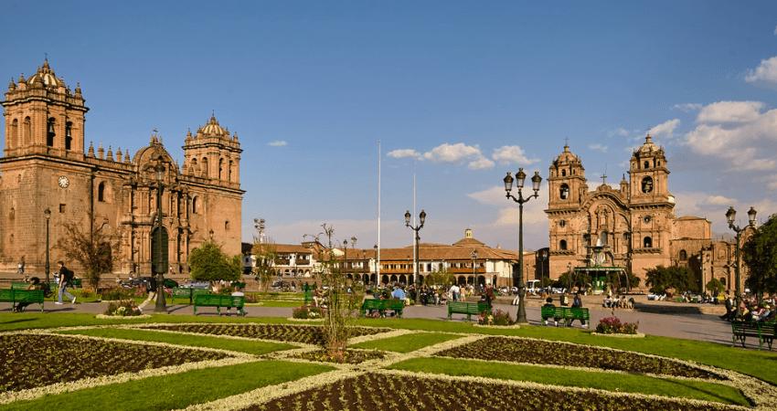 Links die Kathedrale von Cusco, rechts die Kirche Companía de Jesús. Quelle: Flickr.
