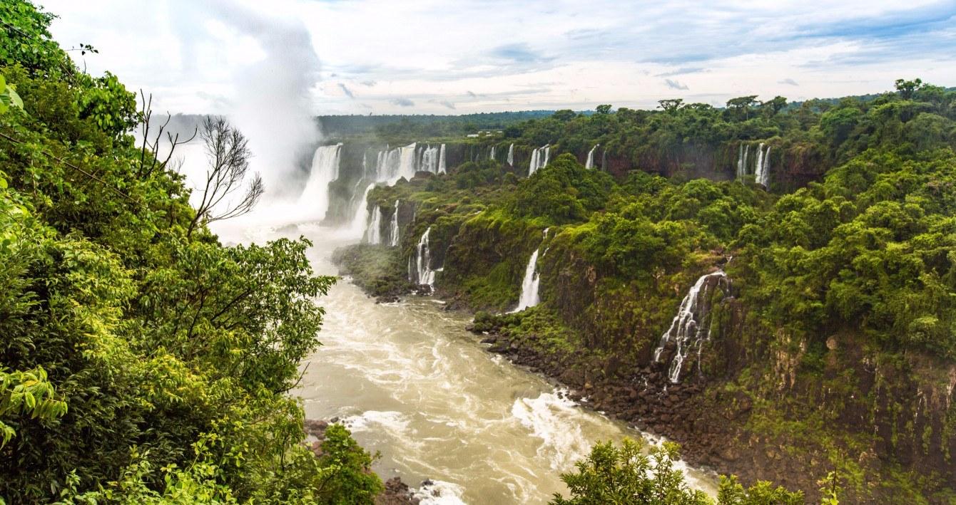 Die berühmteste Sehenswürdigkeit in Brasilien sind ohne Frage die Iguazú-Wasserfäle.