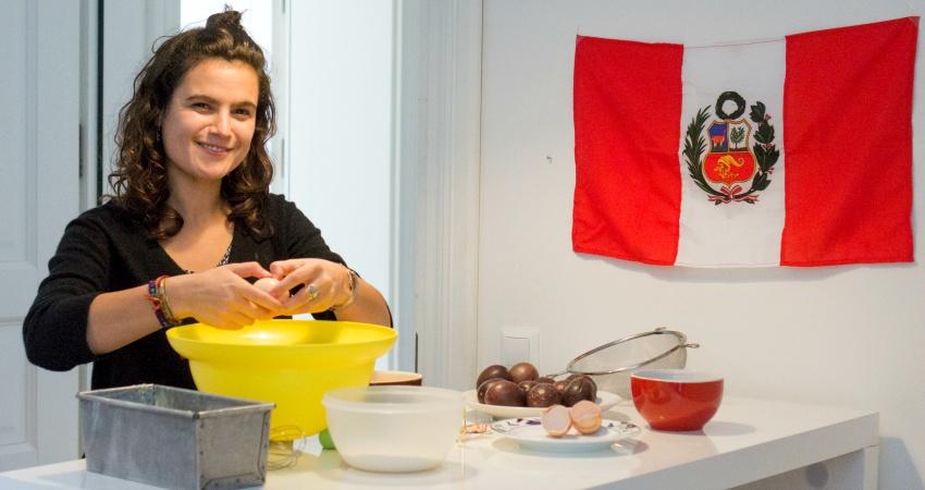 Alice zeigt uns, was ihr erster peruanischer Nachtisch war: Maracuja Kuchen.