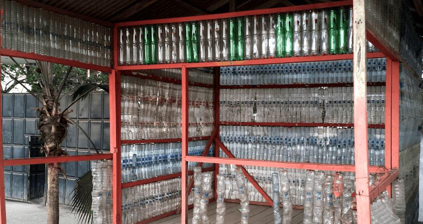 Eine Bushaltestelle aus Plastikfladschen im Surferparadies Montanita, Ecuador. Quelle: L.Wacker