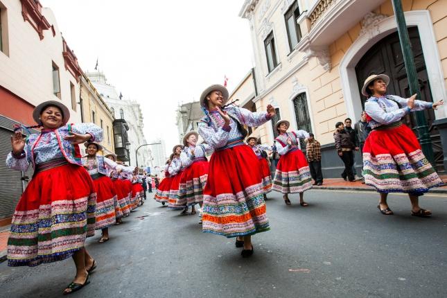 An Festtagen kann man prächtige Tänze und Umzüge durch Perus Straßen, wie hier in Limas Altstadt, bewundern.