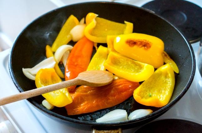 Paprika, Aji und Knobi werden in der Pfanne angebraten.