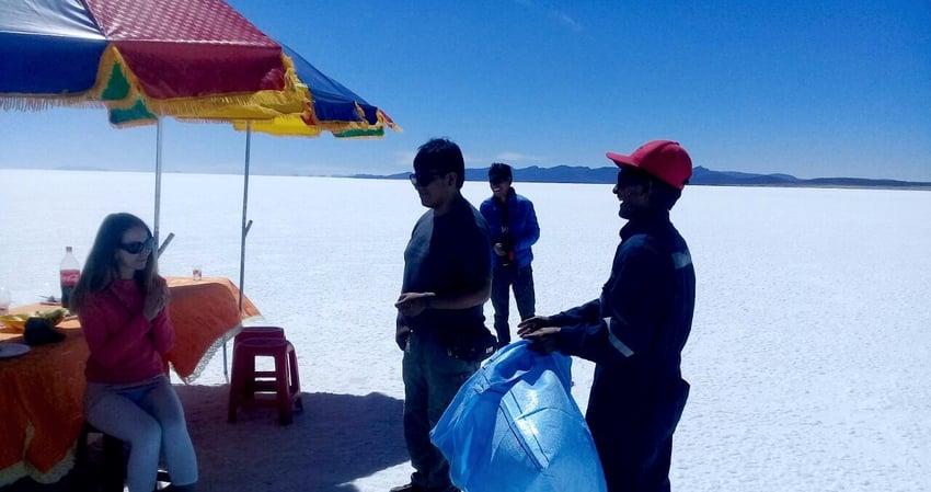 Recycling in Bolivien: Müll sammeln und Aufklärungsarbeit für das GIRS Projekt im Salar de Uyuni.