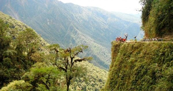 Mountainbiker auf der Ruta d ela Muerte (Camino de la Muerte) während einer Viventura-Reise in Bolivien.