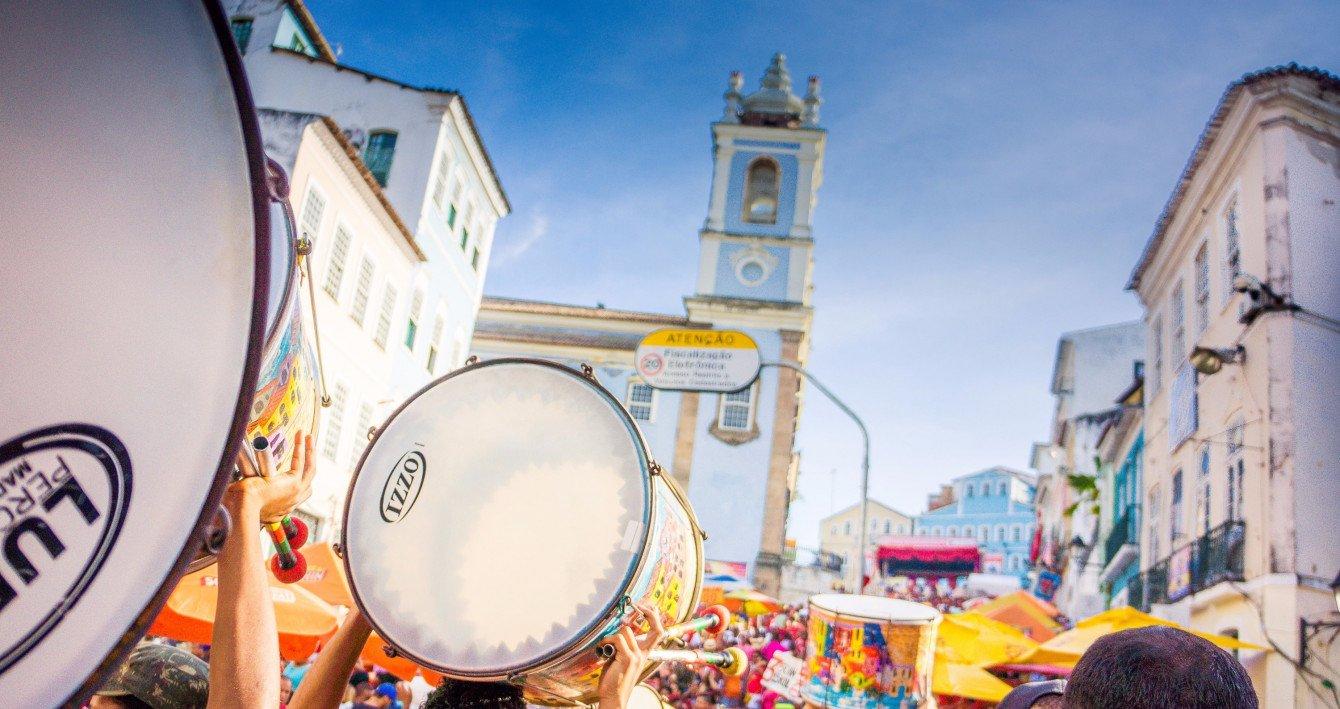 Eine der absoluten Top Sehenswürdigkeiten in Brasilien: Die Kolonialstadt Salvador da Bahia mit bunten Trommelumzügen.