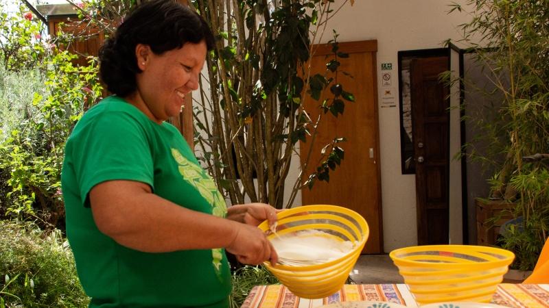 Cecilia schlägt das Eiweiß zu festem Merengue.