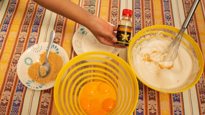 1/2 Teelöffel oder 6 Tropfen Vanilleessenz zum Merengue dazugeben.