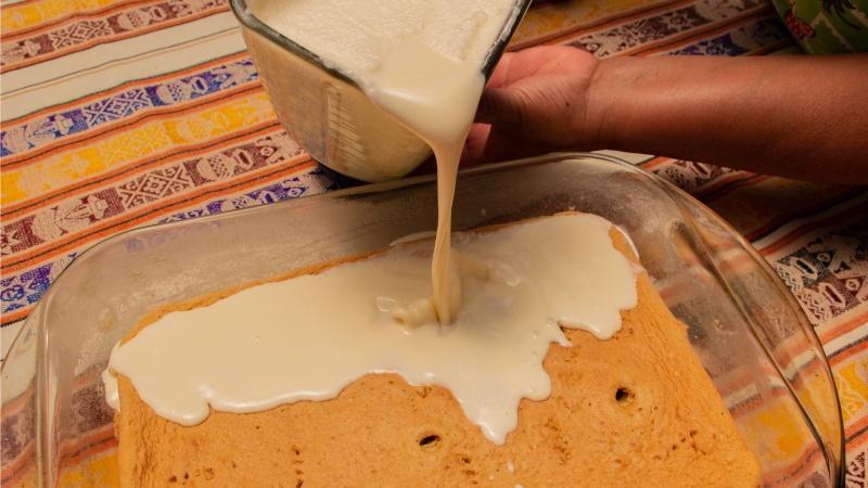 Die torta Tres Leches muss regelrecht in Milch schwimmen!