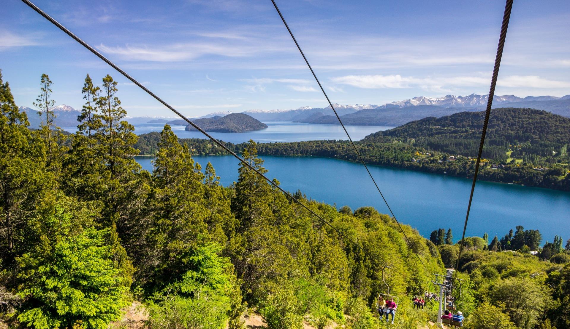 Bariloche mutet mit seinen Sesselliften und dem Bergpanorama wie ein europäisches Alpenstädtchen an. Quelle: Viventura