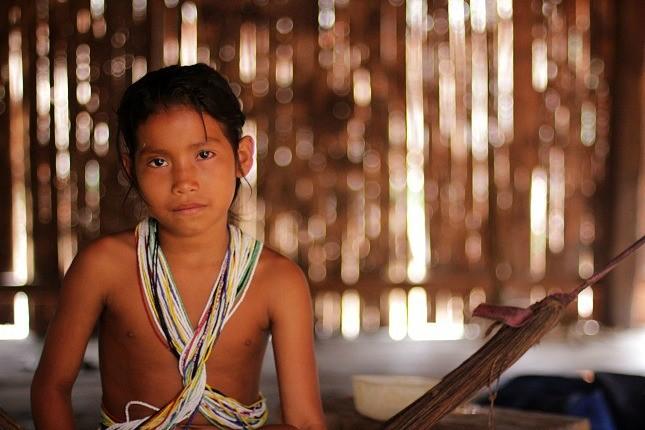 Indigene Völker im Amazonasgebiet: Ein junges Mädchen der Matsés im peruanischen Teil des Amazonasgebiet.